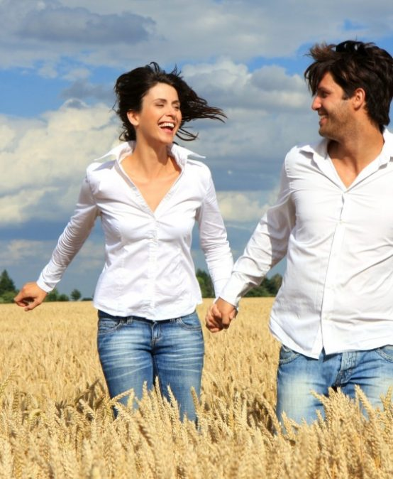 Paar rennt im Getreidefeld