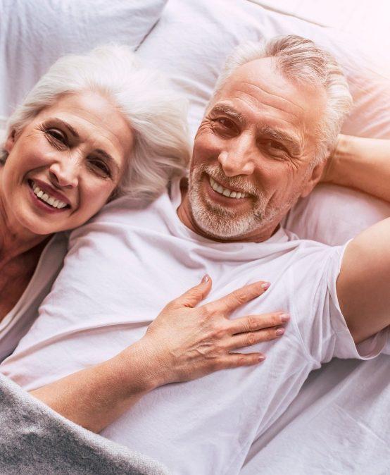 Paar kuschelt im Bett